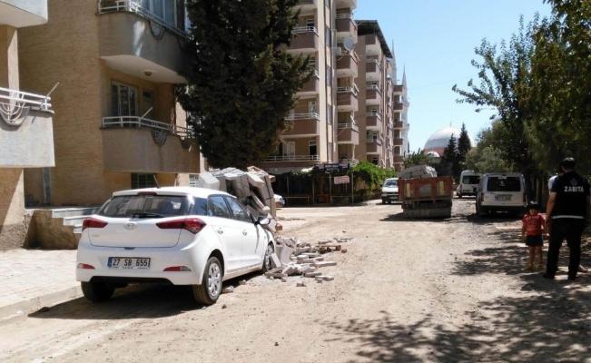 Kamyondan düşen bloklar, park halindeki aracı hurdaya çevirdi