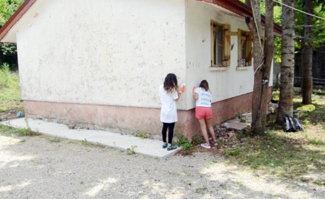 Üniversiteli öğrenciler, eski köy okulunu konağa dönüştürdü