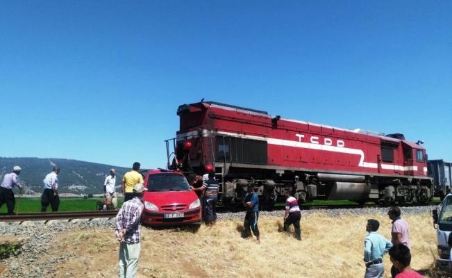Yük treni ile otomobil çarpıştı; anne ve kızı öldü, baba ağır yaralandı