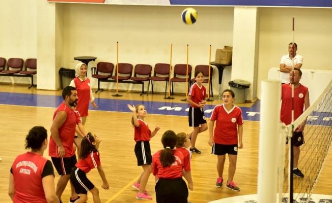 Muratpaşa'nın yaz spor okullarında anne babalar, çocuklarına rakip oldu