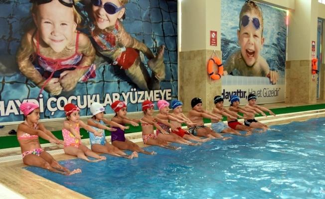 Salihli'de çocuklar yüzme öğrenecek