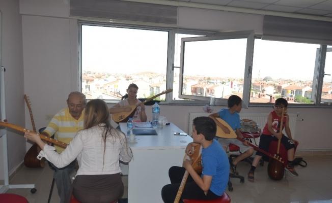 Ünlü halk ozanı Gençlik Merkezi'nde bağlama eğitimi veriyor