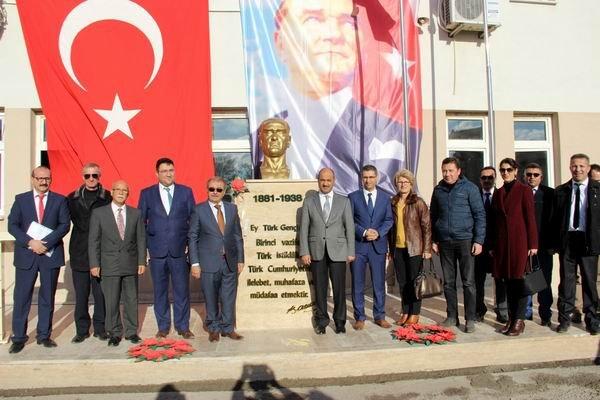 Gelibolu Belediyesi'nden okullara Atatürk büstü