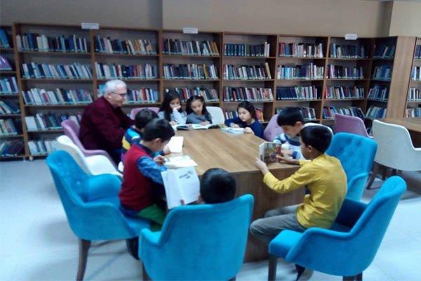 İlkokul öğrencileri hafta sonu kütüphanede