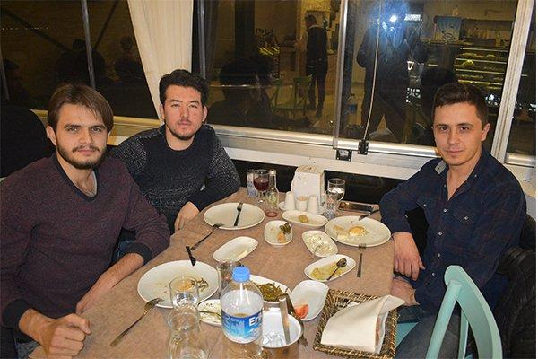 Gençler Akşam Yemeğinde