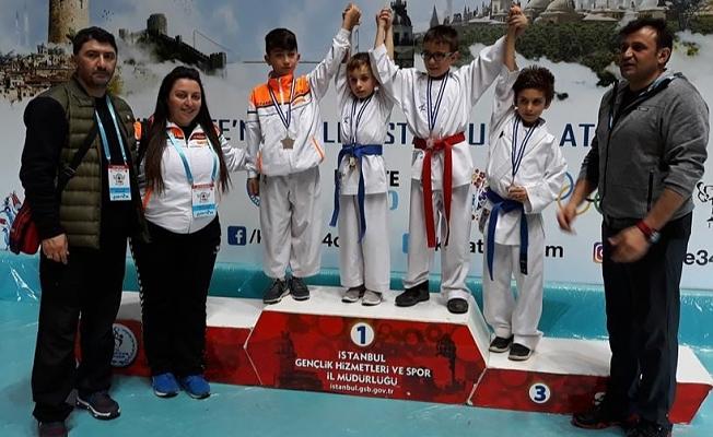 Karatecilerden Madalyalarla döndü