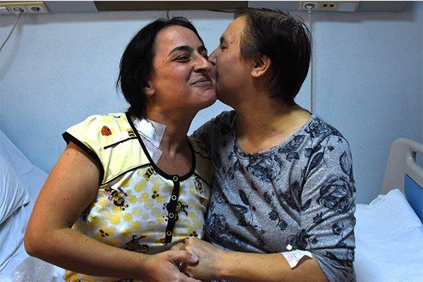 Annesinin böbreğiyle hayata tutundu