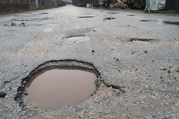 Köy yolları ilgi bekliyor