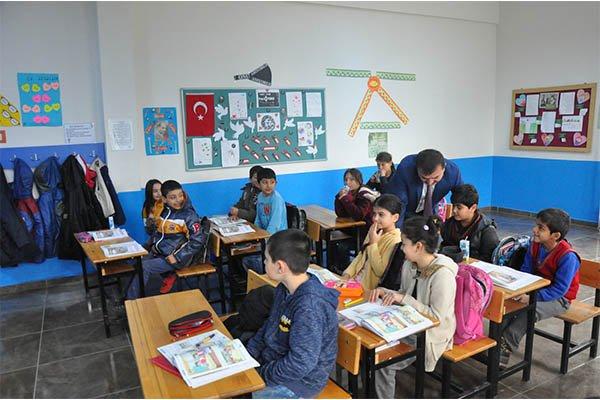 Özkan, Karacaören İlkokulu'nda
