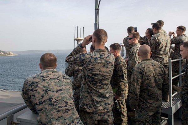 Amerikan Askerleri 'Dur Yolcu'ya dürbünle baktı