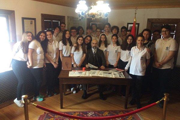 Kolej öğrencileri Mehmet Akif'in evinde