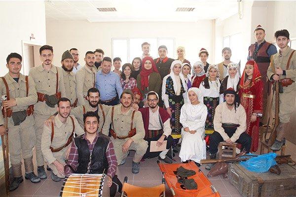 Lapseki'de öğrencilerden tiyatro gösterisi