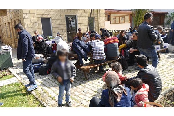 Balıkçı kamyonetinde 51 mülteci yakalandı