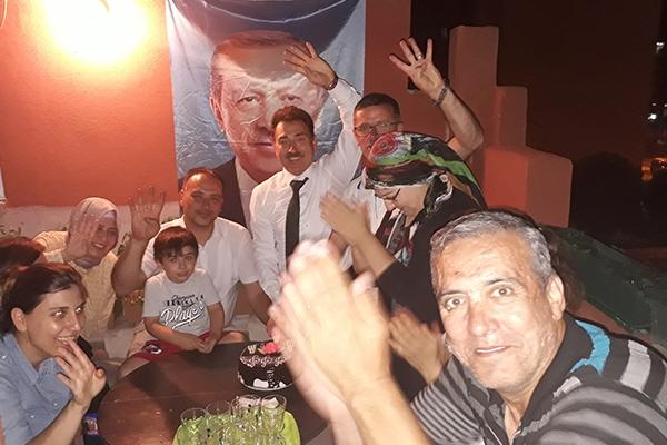 AK Parti'de 1.'liğe pastalı kutlama