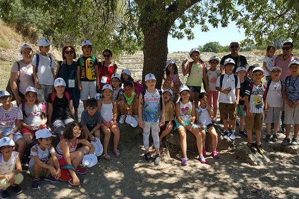 Çocuklar Troya'yı geziyor