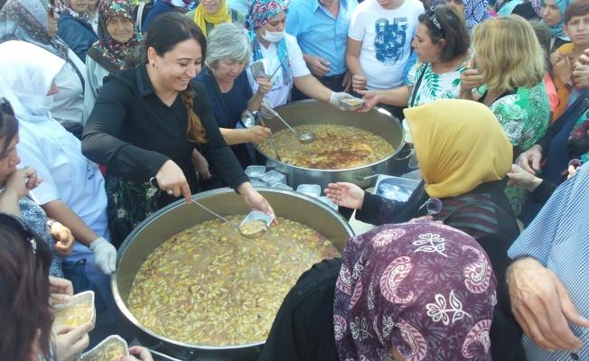 AK Partili kadınlar aşure dağıttı