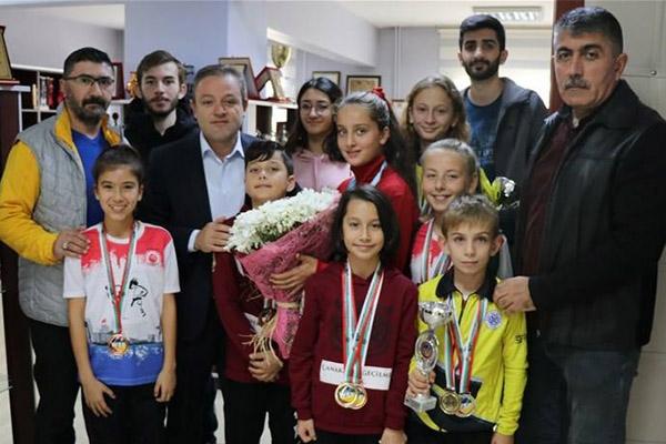 Şampiyon karateciler ödüllendirildi