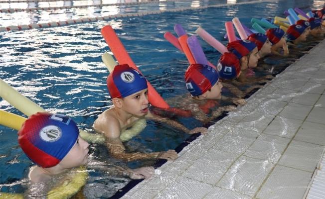 2 bin öğrenci yüzme öğrenecek