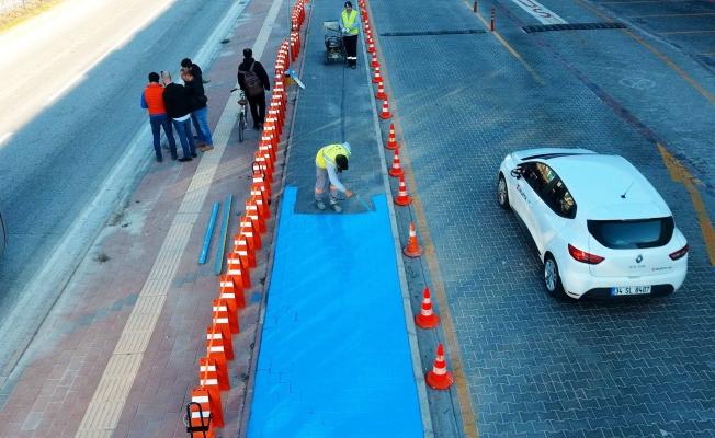 Bisiklet yolu çizgileri boyanıyor