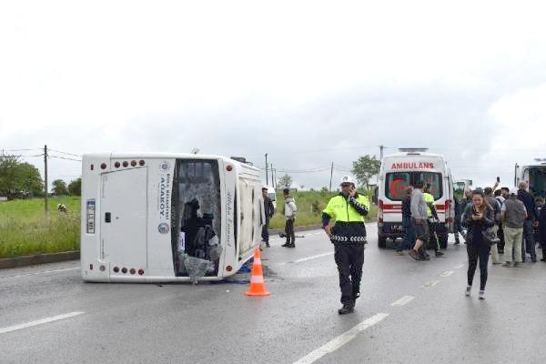 Kontrolden çıkan minibüs yola devrildi; 25 yaralı