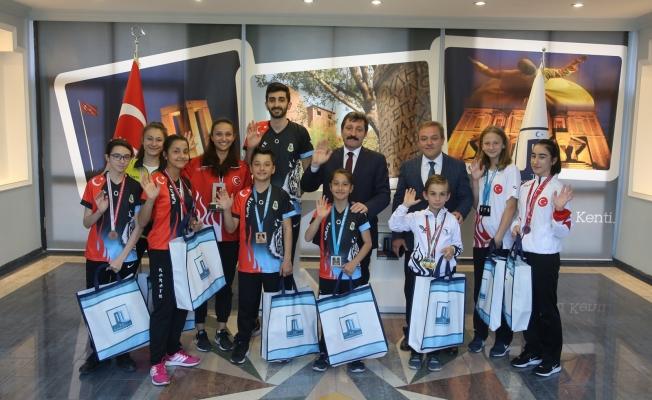 Vali Tavlı başarılı sporcuları onurlandırdı