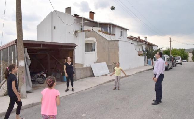 Başkan Öz çocuklarla yakan top oynadı