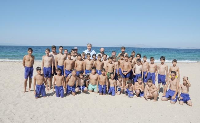 Başkan Elbi'den yaz futbol okulunu ziyaret etti.