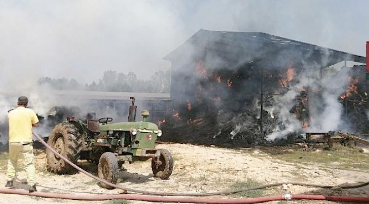 Samanlık yangını maddi hasara neden oldu