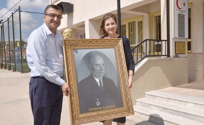Başkan Öz tablo hediye etti