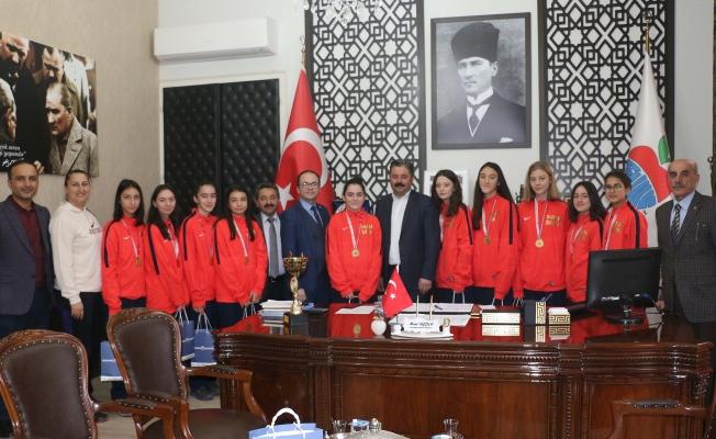 Voleybolcu kızlardan, Başkan Uygun'a ziyaret