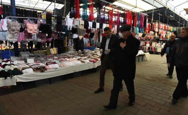 Başkan Gökhan pazarda incelemelerde bulundu