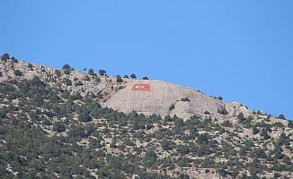 Hopka Dağı'na dev Türk Bayrağı