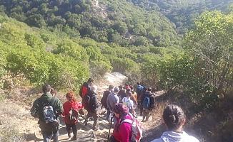 Turist Rehberleri 105. yılda 'Arıburnu Cephesi'ni' adımladı.