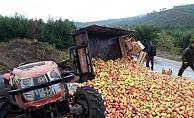 Elma yüklü traktör devrildi