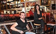 İrem Ve Eray Karikatür Bi Cafe'de