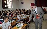 Sınıftan içeri 'Çat Kapı' Mehmet Akif Ersoy girdi