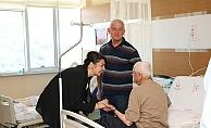 İskenderoğlu'ndan hastalara moral ziyareti