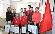 Müdür Alp şampiyonları ödüllendirdi